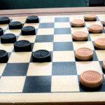 相手の駒を取り合うゲームである【チェッカー】のルール、費用、必要な道具など